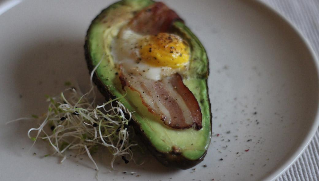Keto-Frühstück - Baked Avocado mit Bacon und Ei