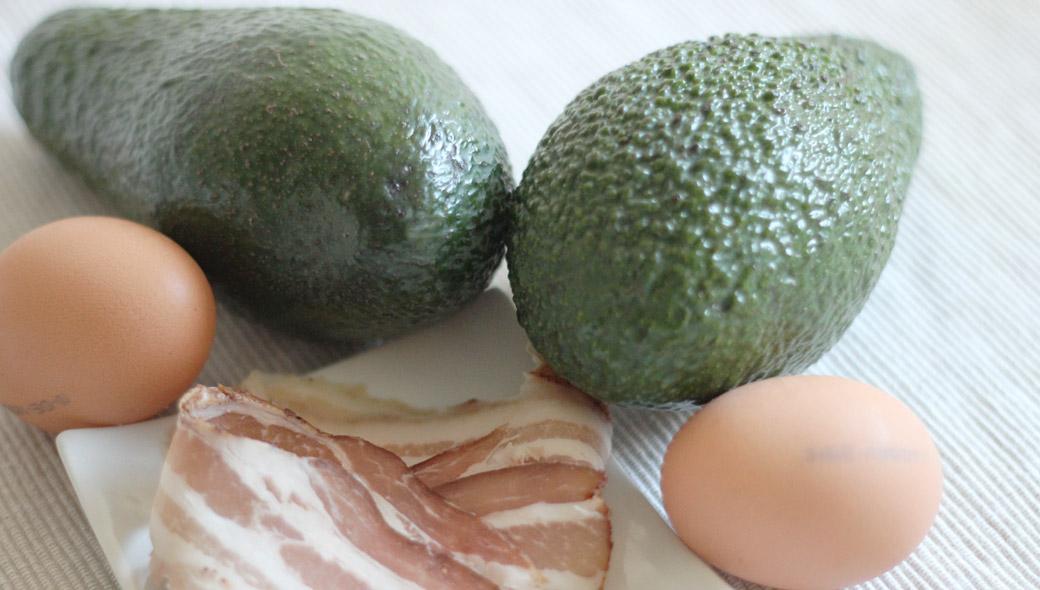 Keto-Frühstück - Baked Avocado mit Bacon und Ei Zutaten