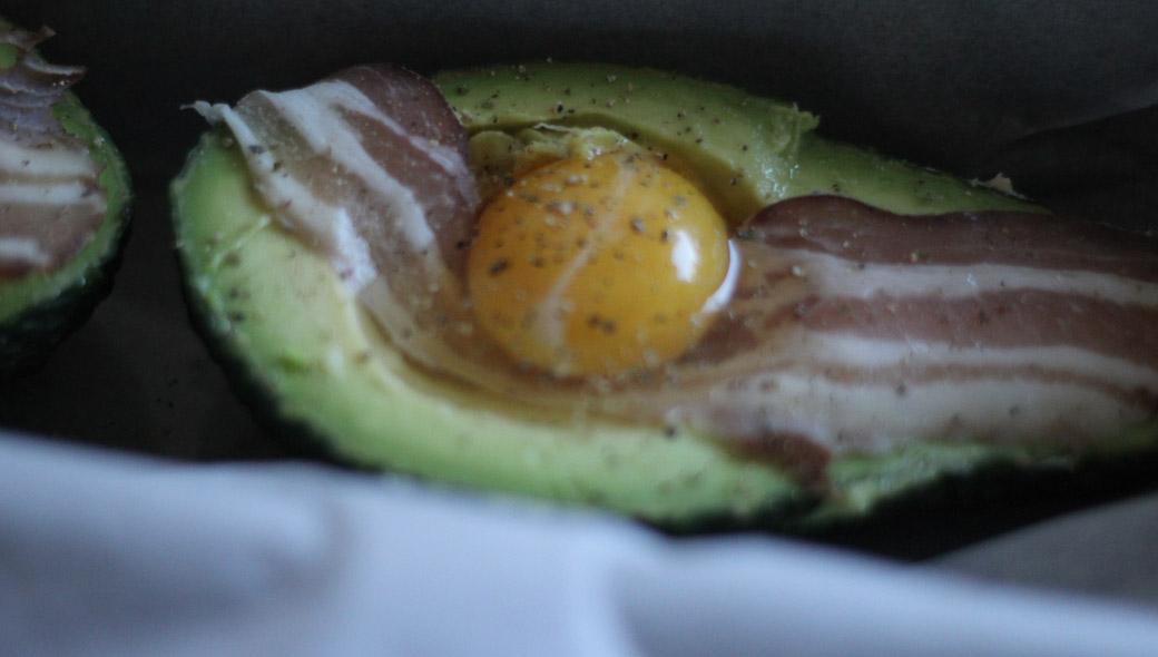 Keto-Frühstück – Baked Avocado mit Bacon und Ei - Backofen