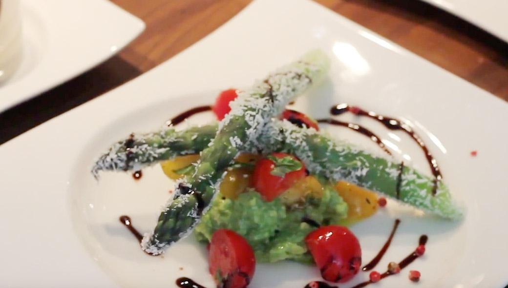 Kokos Spargel mit Avocado- Kirschtomaten- Basilikumsalat